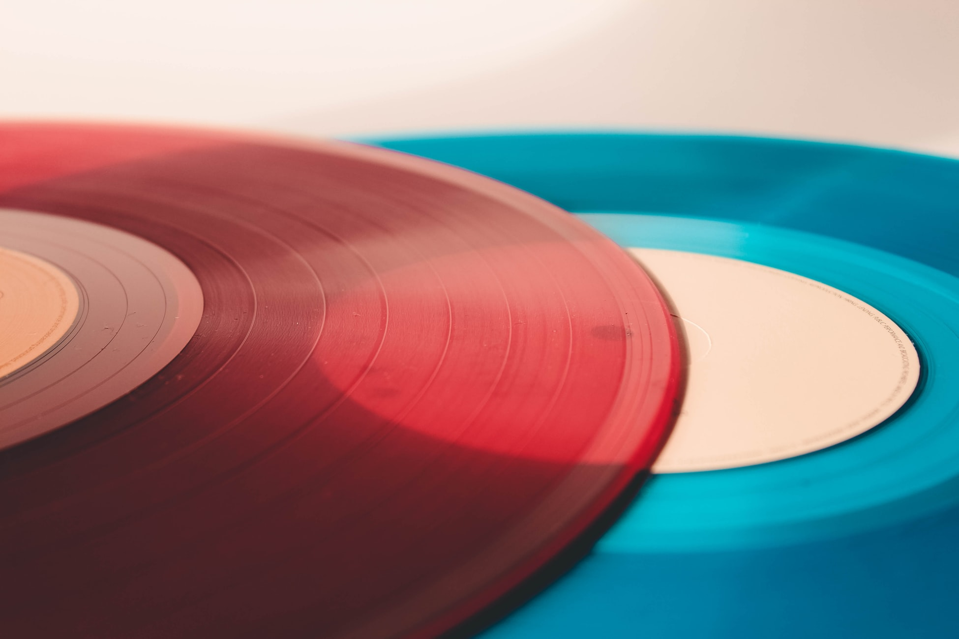 photo de vinyles rouge et bleu